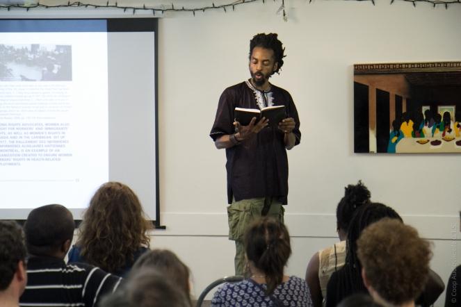 Auteur-interprète et éducateur communautaire Neil Guilding